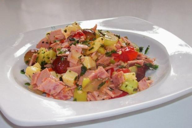 Fruchtiger Käse-Wurst-Salat mit Apfel und Trauben - Rezept