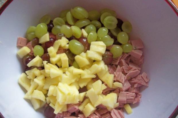 Fruchtiger Käse-Wurst-Salat mit Apfel und Trauben - Rezept - Bild Nr. 2