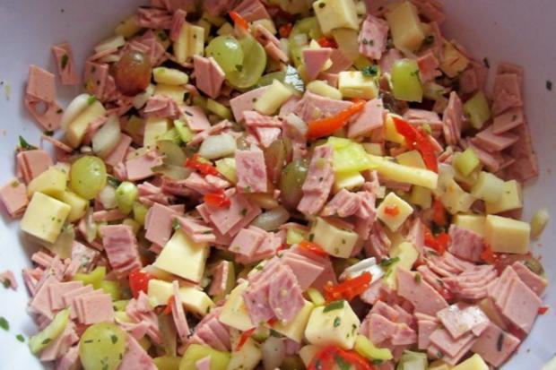 Fruchtiger Käse-Wurst-Salat mit Apfel und Trauben - Rezept - Bild Nr. 4