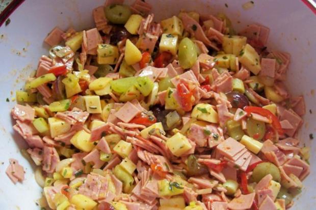 Fruchtiger Käse-Wurst-Salat mit Apfel und Trauben - Rezept - Bild Nr. 5