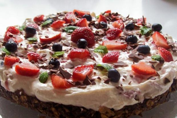 schoko knusper torte mit erdbeeren und heidelbeeren rezept. Black Bedroom Furniture Sets. Home Design Ideas