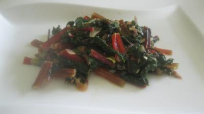 Junges rotes Mangoldgemüse, leicht verschärft - Rezept