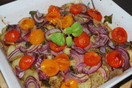 Patate arraganate - im Ofen geröstete Kartoffeln mit Zwiebeln und Tomaten - Rezept
