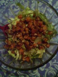 Salat mit Kürbis-Sesamcrôutons - Rezept