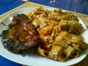 Fleisch: Asiatisch mariniertes Nackenkotelett mit Tomate-Chili-Bandnudeln - Rezept