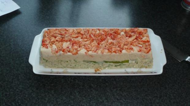 Fischterrine mit grünem Spargel auf Feldsalat und Blaubeervinaigrette - Rezept - Bild Nr. 2