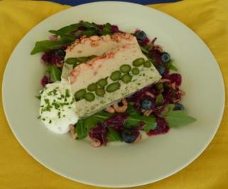 Rezept: Fischterrine mit grünem Spargel auf Feldsalat und Blaubeervinaigrette