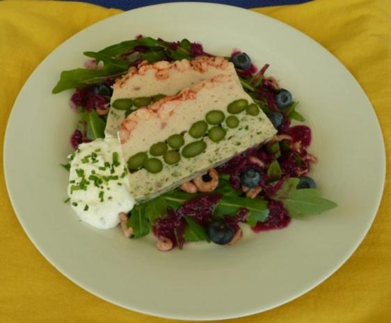 Fischterrine mit grünem Spargel auf Feldsalat und Blaubeervinaigrette - Rezept