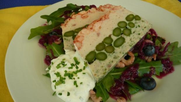 Fischterrine mit grünem Spargel auf Feldsalat und Blaubeervinaigrette - Rezept - Bild Nr. 5