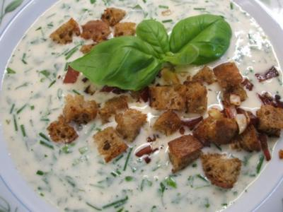 Suppen: Kräutersuppe mit Schwarzbrot-Croutons - Rezept