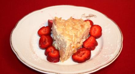 Aishas leichter Fitness-Pfirsich-Kuchen mit Rumaroma auf einem Erdbeerbett - Rezept