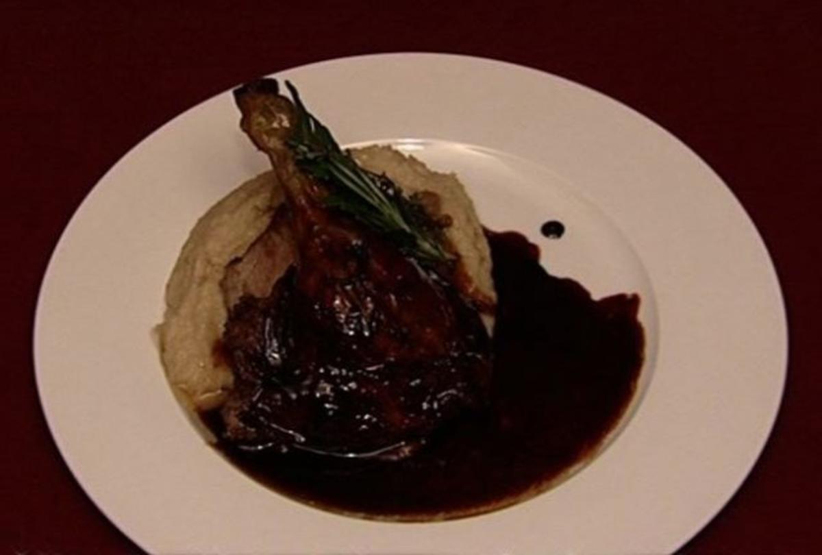 Hoheits-Ente in Rotwein gegart mit gekochtem Wurzelgemüse ...