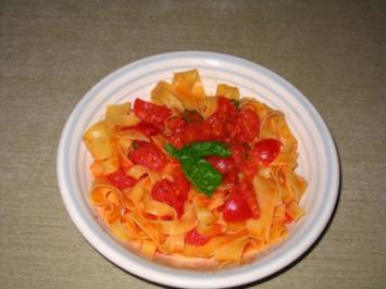 Tagliatelle in sommerlicher Tomaten-Sauce - Rezept