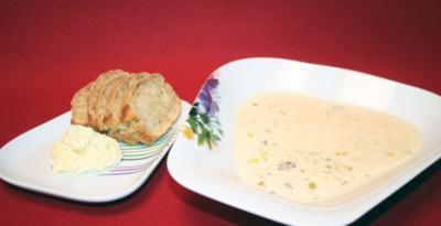 Käse-Lauch-Suppe mit selbstgemachtem Brot, dazu Kräuterbutter - Rezept