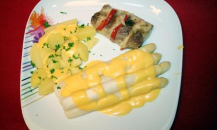 Filet Caprese mit Kartoffeln, dazu Spargel und Soße Hollandaise - Rezept