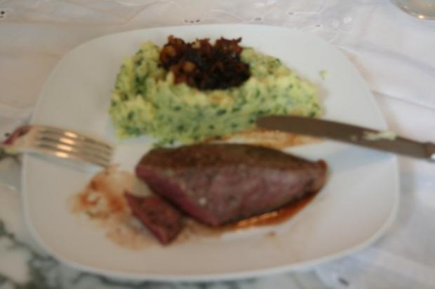 Bisonsteak mit Kräuterstampfkartoffeln und Röstzwiebeln - Rezept - Bild Nr. 2