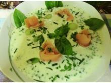 Kalte Gurken-Suppe mit Melone, Wasabi u. Räucherlachs-Rosen - Rezept