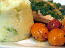 Lachs mit Koriander-Gremolata, Avocado-Kartoffel-Püree und Ofentomaten - Rezept