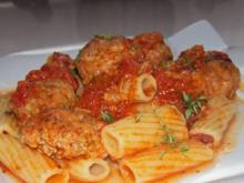 Rigatoni mit Gemüse-Hackbällchen in Schinken-Tomatensoße - Rezept