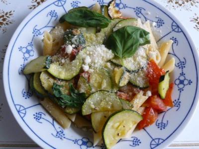 Penne mit Tomate und Zucchini - Rezept