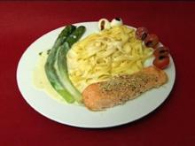Bandnudeln mit gebratenem Lachs, Zitronen-Dillsoße und Spargel (Sarina Nowak) - Rezept