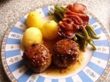 Schweinehackbällchen mit grünen Bohnen unter einem Schinkenspeckmantel - Rezept