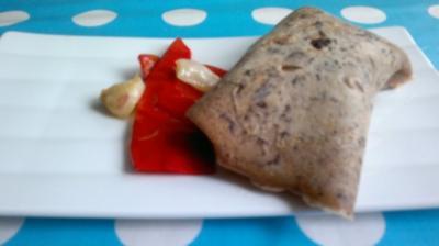 Vanillelachs im Crêpes mit schwarzen Oliven und rotem Spitzpaprika - Rezept