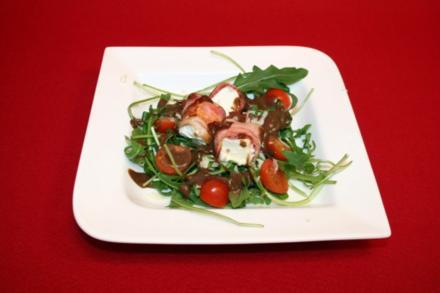 Bacon-Feta-Röllchen auf Rucola mit Tomaten-Parmesan-Balsamico-Dressing - Rezept
