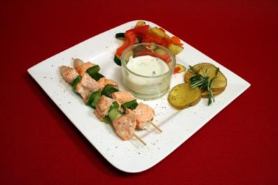 Gegrillte Lachsspieße mit Grillkartoffeln und gedünstetem Gemüse - Rezept