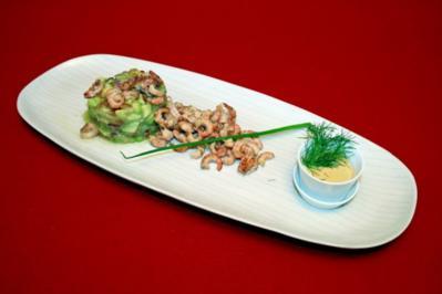 Cocktail aus marinierten Nordseekrabben mit Avocado, roter Zwiebel und Gürkchen - Rezept