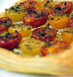 Blätterteigtarte mit bunten Tomaten und Pesto aus confierter Zucchini - Rezept