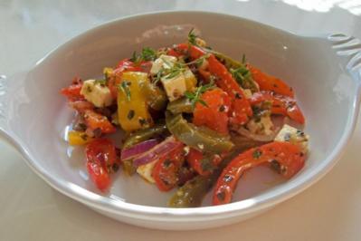 Ofen-Paprika-Salat mit roten Zwiebeln und Hirtenkäse - Rezept