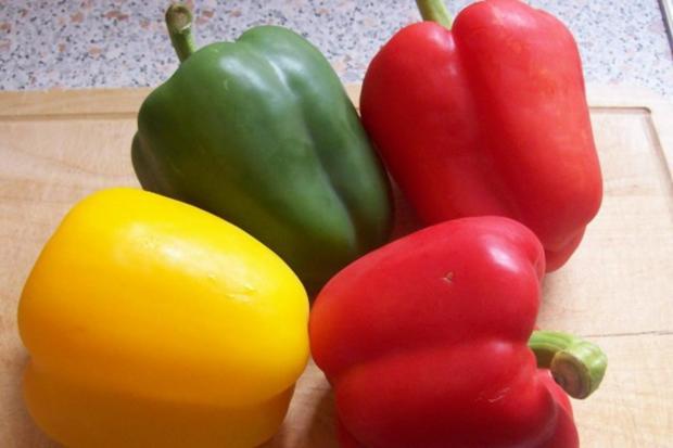 Ofen-Paprika-Salat mit roten Zwiebeln und Hirtenkäse - Rezept - Bild Nr. 2
