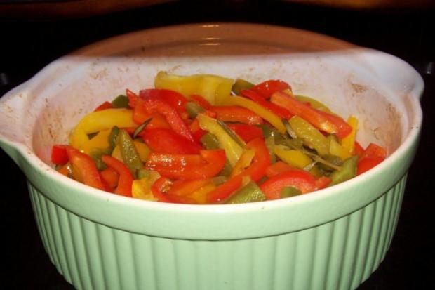 Ofen-Paprika-Salat mit roten Zwiebeln und Hirtenkäse - Rezept - Bild Nr. 4