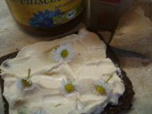 Frischkäse: Pumpernickel mit Gänseblümchen - Rezept