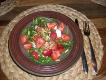 Rucola mit Roquefort, Erdbeeren und Pinienkernen - Rezept