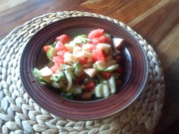 Gurkensalat mit Apfelstücken und Melone - Rezept