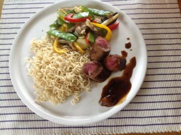 Rezept: Lammlachs mit frischem Gemüse und chinesischen Nudeln