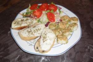 garnelen mit salat und ziegenkäsebaguette - Rezept