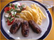 Cevapcici mit Pommes frites und Tomatensalat mit Mozzarella - Rezept