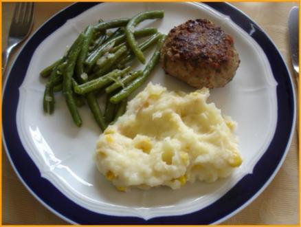 Minze-Salbei-Rosmarin-Buletten mit grünen Bohnen und Mais-Kartoffelpüree - Rezept