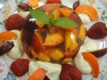 Sülzen: Sommerfrüchte in Gelee auf Minz-Schaum - Rezept