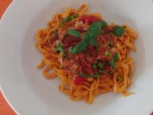 Selbstgemachte orangefarbene Tagliatelle mit Thunfisch,Tomaten und Erbsen - Rezept