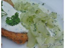 Kartoffel Rösti von geräuchertem Wildlachs mit Kräuter Sour Creme und Wasabi Gurkensalat - Rezept