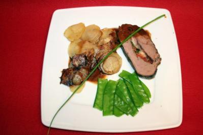 Rezept: Gefülltes Rinderfilet mit Kartoffelscheiben und Zuckerschoten