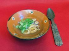 Flädlesuppe mit alten Löffeln und frischen Blumen - Rezept