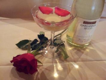 Rosenbowle mit selbstgemachtem Rosenwasser - Rezept