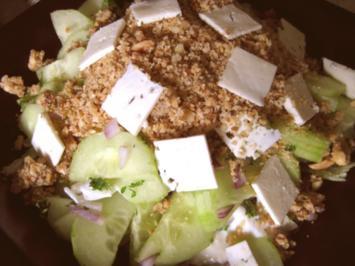 Rezept: Gurkensalat mit Dattel-Nusspüree
