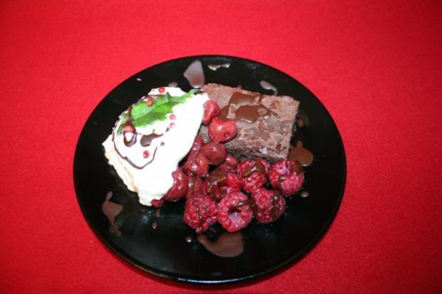 Dessert aus Kirschen, Brownieteig, Kokos-Sahne-Joghurt-Creme  mit Orangenraspeln - Rezept