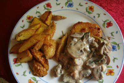 Rahmige Champignos mit Minikotelett und Rosmarinkartoffeln - Rezept